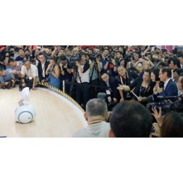 News - 2016053101 - The President of Taiwan tries a quick chat with ASUS' home robot